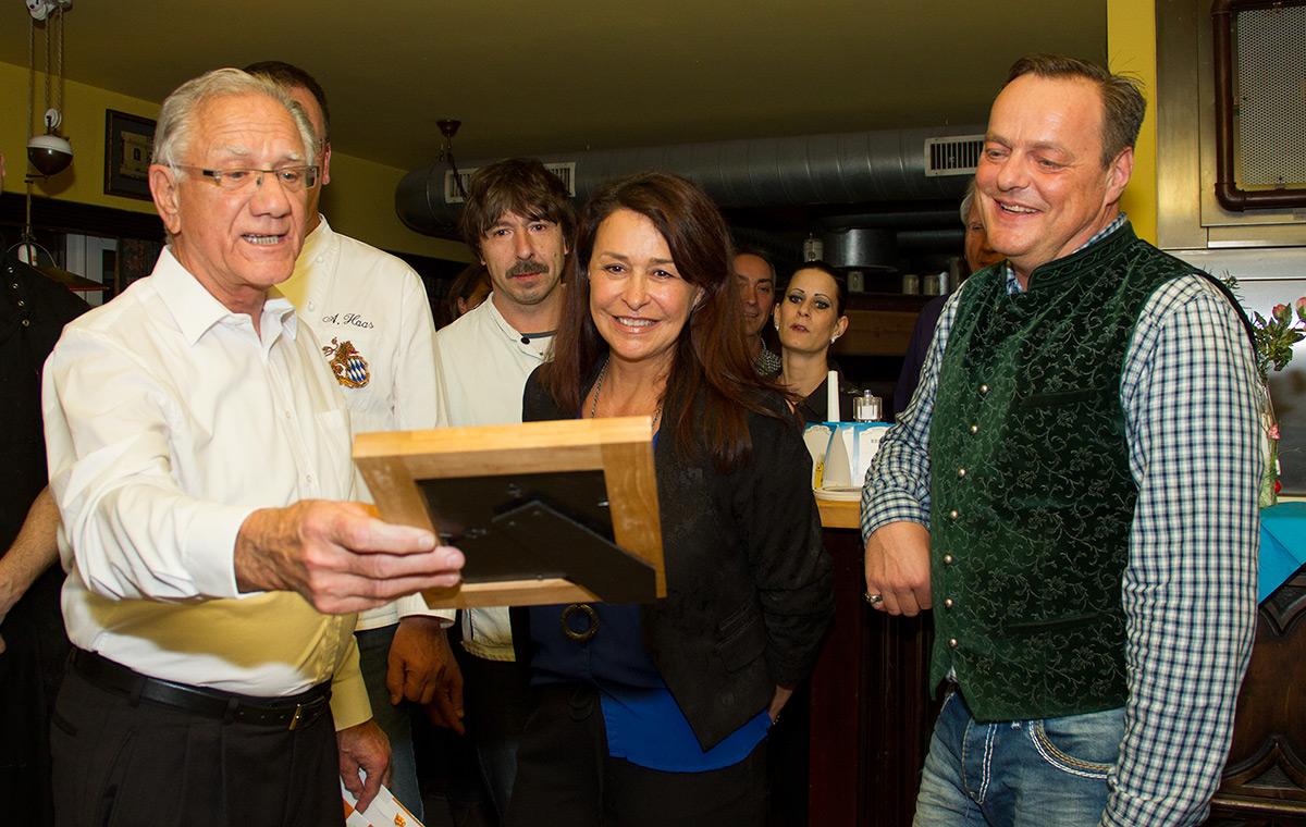 Christian Dittrich überreicht Inge und Alex Maffei ein Geschenk