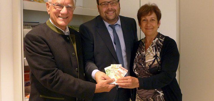 160 Euro Spende von der Deutschen Bank: Vorsitzender Christian Dittrich, Sebastian Schrott (Deutsche Bank) und Anita Schindler (Vorstand Förderverein)